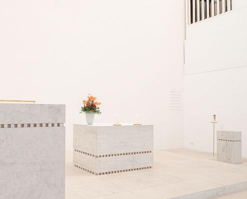 Petrus-Jakobus Kirche Karlsruhe: Blick auf Rednerpult, Altar, Taufbecken
